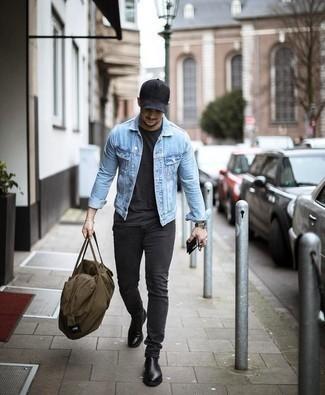 Schwarze Baseballkappe kombinieren: trends 2020: Für ein bequemes Couch-Outfit, tragen Sie eine hellblaue Jeansjacke und eine schwarze Baseballkappe. Fühlen Sie sich mutig? Ergänzen Sie Ihr Outfit mit schwarzen Chelsea Boots aus Leder.