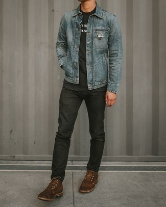Herren Outfits & Modetrends 2020 für warm Wetter: Kombinieren Sie eine hellblaue Jeansjacke mit schwarzen Jeans für ein bequemes Outfit, das außerdem gut zusammen passt. Fühlen Sie sich mutig? Komplettieren Sie Ihr Outfit mit einer braunen Wildlederfreizeitstiefeln.