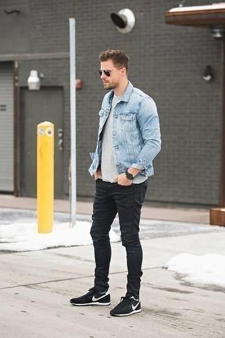 Schwarze Jeans mit Destroyed-Effekten kombinieren: trends 2020: Eine hellblaue Jeansjacke und schwarze Jeans mit Destroyed-Effekten sind eine perfekte Outfit-Formel für Ihre Sammlung. Schwarze und weiße Sportschuhe verleihen einem klassischen Look eine neue Dimension.
