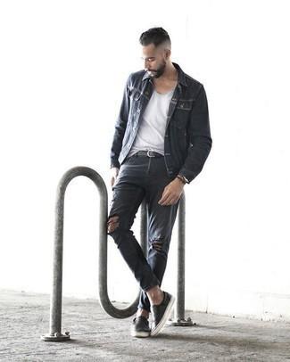 Jacke kombinieren: trends 2020: Eine Jacke und dunkelgraue Jeans mit Destroyed-Effekten sind eine gute Outfit-Formel für Ihre Sammlung. Fühlen Sie sich ideenreich? Komplettieren Sie Ihr Outfit mit schwarzen Slip-On Sneakers aus Leder.