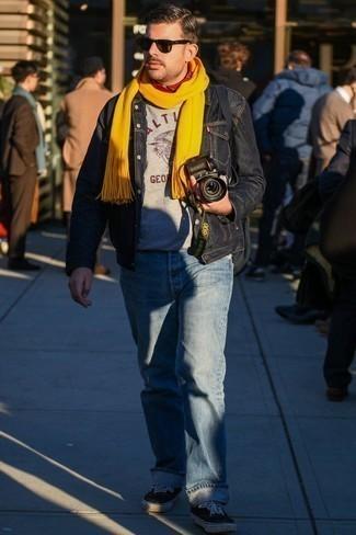 Hellblaue Jeans kombinieren – 500+ Herren Outfits: Entscheiden Sie sich für eine schwarze Jeansjacke und hellblauen Jeans für einen bequemen Alltags-Look. Schwarze und weiße Segeltuch niedrige Sneakers sind eine perfekte Wahl, um dieses Outfit zu vervollständigen.