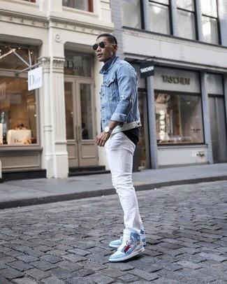 Dunkelblaues T-Shirt mit einem Rundhalsausschnitt kombinieren – 939+ Herren Outfits: Kombinieren Sie ein dunkelblaues T-Shirt mit einem Rundhalsausschnitt mit weißen Jeans für ein Alltagsoutfit, das Charakter und Persönlichkeit ausstrahlt. Wenn Sie nicht durch und durch formal auftreten möchten, komplettieren Sie Ihr Outfit mit hellblauen hohen Sneakers aus Leder.