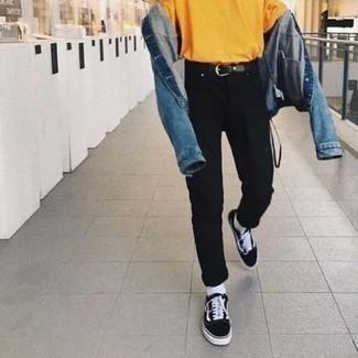 Schwarze und weiße Segeltuch niedrige Sneakers kombinieren – 500+ Herren Outfits: Vereinigen Sie eine blaue Jeansjacke mit schwarzen Jeans, um einen lockeren, aber dennoch stylischen Look zu erhalten. Schwarze und weiße Segeltuch niedrige Sneakers fügen sich nahtlos in einer Vielzahl von Outfits ein.