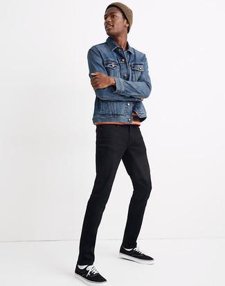 Braune Mütze kombinieren – 159 Herren Outfits: Für ein bequemes Couch-Outfit, paaren Sie eine blaue Jeansjacke mit einer braunen Mütze. Fühlen Sie sich mutig? Wählen Sie schwarzen und weißen Segeltuch niedrige Sneakers.