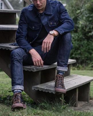 20 Jährige: Schwarzes T-Shirt mit einem Rundhalsausschnitt kombinieren – 943+ Herren Outfits: Tragen Sie ein schwarzes T-Shirt mit einem Rundhalsausschnitt und dunkelblauen Jeans, um einen lockeren, aber dennoch stylischen Look zu erhalten. Fühlen Sie sich mutig? Wählen Sie schwarzen hohe Sneakers aus Leder.