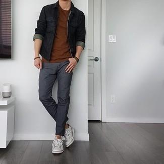 Dunkelbraunes Armband kombinieren – 500+ Herren Outfits: Eine schwarze Jeansjacke und ein dunkelbraunes Armband sind eine kluge Outfit-Formel für Ihre Sammlung. Putzen Sie Ihr Outfit mit weißen Leder niedrigen Sneakers.