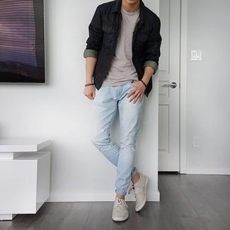 Dunkelbraunes Armband kombinieren – 500+ Herren Outfits: Kombinieren Sie eine schwarze Jeansjacke mit einem dunkelbraunen Armband für einen entspannten Wochenend-Look. Setzen Sie bei den Schuhen auf die klassische Variante mit grauen Segeltuch niedrigen Sneakers.