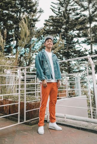 Weiße Slip-On Sneakers aus Segeltuch kombinieren: trends 2020: Entscheiden Sie sich für eine blaue Jeansjacke und eine orange Jogginghose für ein Alltagsoutfit, das Charakter und Persönlichkeit ausstrahlt. Vervollständigen Sie Ihr Outfit mit weißen Slip-On Sneakers aus Segeltuch, um Ihr Modebewusstsein zu zeigen.