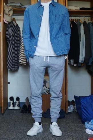 Leder niedrige Sneakers kombinieren: trends 2020: Vereinigen Sie eine blaue Jeansjacke mit einer grauen Jogginghose für ein sonntägliches Mittagessen mit Freunden. Leder niedrige Sneakers sind eine kluge Wahl, um dieses Outfit zu vervollständigen.