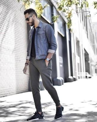 Jacke kombinieren: trends 2020: Erwägen Sie das Tragen von einer Jacke und einer grauen Jogginghose für einen bequemen Alltags-Look. Schwarze und weiße Sportschuhe leihen Originalität zu einem klassischen Look.