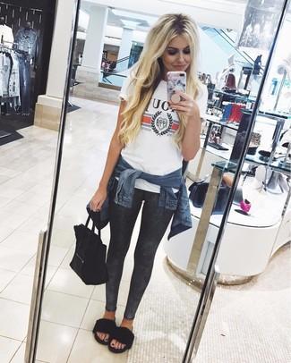 Dunkelgraue Leggings kombinieren: trends 2020: Um einen perfekten Alltags-Look zu zaubern, entscheiden Sie sich für eine dunkelblaue Jeansjacke und dunkelgrauen Leggings. Vervollständigen Sie Ihr Look mit schwarzen flachen Sandalen aus Pelz.