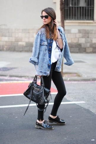Wie schwarze und weiße Leder Oxford Schuhe mit türkiser Jeansjacke zu kombinieren – 4 Damen Outfits: Diese Paarung aus einer türkisen Jeansjacke und schwarzen Leggings erlaubt es Ihnen, Ihren Alltags-Stil gepflegt und schlicht zu halten. Fühlen Sie sich ideenreich? Wählen Sie schwarzen und weißen Leder Oxford Schuhe.