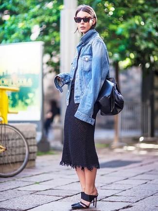 Wie kombinieren: blaue Jeansjacke, schwarzes T-Shirt mit einem Rundhalsausschnitt, schwarzer Strick Midirock, schwarze Leder Pantoletten
