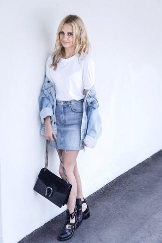Wie kombinieren: hellblaue Jeansjacke, weißes T-Shirt mit einem Rundhalsausschnitt, hellblauer Jeans Minirock, schwarze Leder Stiefeletten mit Ausschnitten