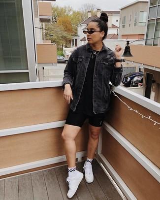 Wie kombinieren: schwarze Jeansjacke, schwarzes T-Shirt mit einem Rundhalsausschnitt, schwarze Radlerhose, weiße Leder niedrige Sneakers