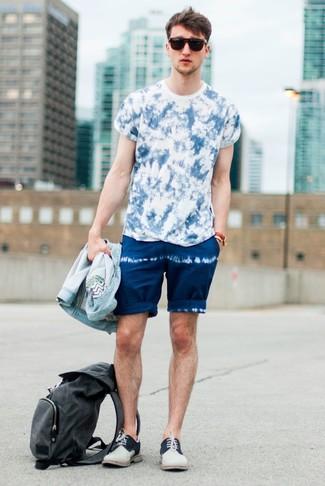 Wie kombinieren: hellblaue Jeansjacke, blaues Mit Batikmuster T-Shirt mit einem Rundhalsausschnitt, dunkelblaue Mit Batikmuster Shorts, hellbeige Wildleder Derby Schuhe