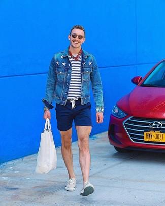 Wie kombinieren: blaue Jeansjacke, weißes und dunkelblaues horizontal gestreiftes T-Shirt mit einem Rundhalsausschnitt, dunkelblaue Shorts, hellbeige niedrige Sneakers