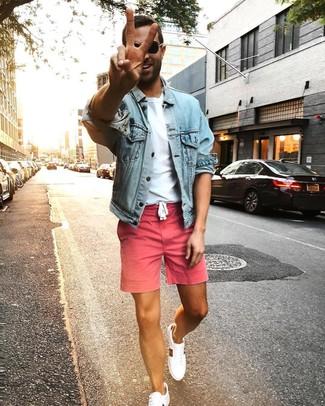 Wie kombinieren: hellblaue Jeansjacke, weißes T-Shirt mit einem Rundhalsausschnitt, rosa Shorts, weiße niedrige Sneakers