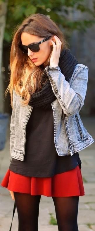Wie kombinieren: graue Jeansjacke, schwarzes T-Shirt mit einem Rundhalsausschnitt, roter Skaterrock, schwarzer Strick Schal