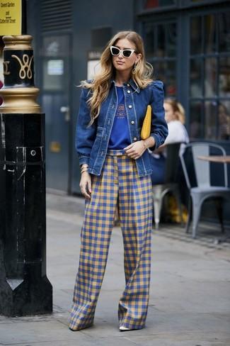 Wie kombinieren: blaue Jeansjacke, blaues bedrucktes T-Shirt mit einem Rundhalsausschnitt, blaue weite Hose mit Vichy-Muster, weiße Leder Pumps