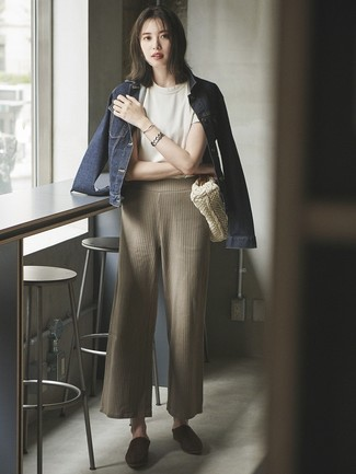Wie kombinieren: dunkelblaue Jeansjacke, weißes T-Shirt mit einem Rundhalsausschnitt, hellbeige Strick weite Hose, dunkelbraune Wildleder Pantoletten