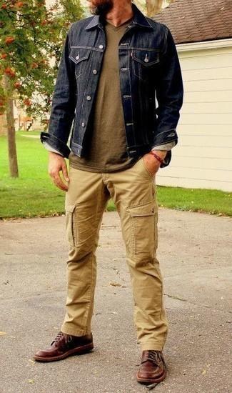 Welche Jeansjacken mit dunkelroter Freizeitstiefel zu tragen – 12 Herren Outfits: Kombinieren Sie eine Jeansjacke mit einer beige Cargohose, um einen lockeren, aber dennoch stylischen Look zu erhalten. Machen Sie Ihr Outfit mit einer dunkelroten Freizeitstiefeln eleganter.