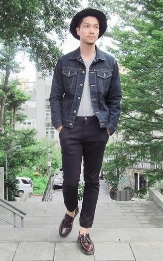 Schwarzen Wollhut kombinieren: trends 2020: Erwägen Sie das Tragen von einer dunkelgrauen Jeansjacke und einem schwarzen Wollhut für einen entspannten Wochenend-Look. Dunkelrote Leder Slipper mit Quasten bringen Eleganz zu einem ansonsten schlichten Look.