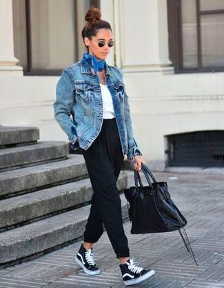 Wie kombinieren: blaue Jeansjacke, weißes T-Shirt mit einem V-Ausschnitt, schwarze Karottenhose, schwarze hohe Sneakers aus Segeltuch