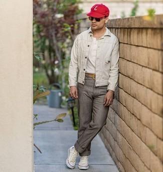 Weiße Jeansjacke kombinieren – 79 Herren Outfits: Tragen Sie eine weiße Jeansjacke und eine graue vertikal gestreifte Chinohose für ein sonntägliches Mittagessen mit Freunden. Fühlen Sie sich ideenreich? Komplettieren Sie Ihr Outfit mit hellbeige hohen Sneakers aus Segeltuch.