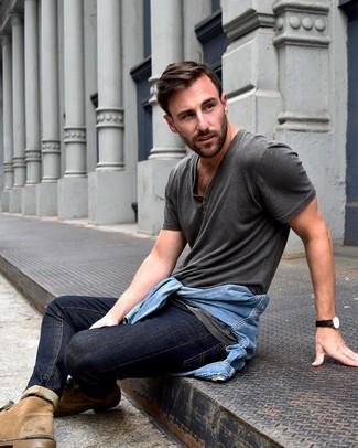 Wie kombinieren: hellblaue Jeansjacke, dunkelgraues T-shirt mit einer Knopfleiste, dunkelblaue Jeans, beige Chukka-Stiefel aus Wildleder