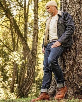 Herren Outfits 2021: Die Paarung aus einer dunkelgrauen Jeansjacke und dunkelblauen Jeans ist eine komfortable Wahl, um Besorgungen in der Stadt zu erledigen. Fühlen Sie sich ideenreich? Komplettieren Sie Ihr Outfit mit einer braunen Lederfreizeitstiefeln.