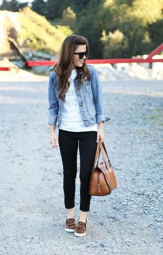 hellblaue jeansjacke wei es bedrucktes t shirt mit. Black Bedroom Furniture Sets. Home Design Ideas