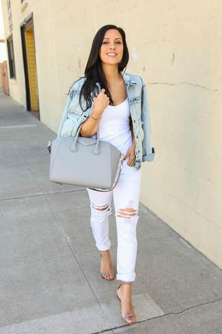 Wie kombinieren: hellblaue Jeansjacke, weißes Trägershirt, weiße Boyfriend Jeans mit Destroyed-Effekten, graue Leder Sandaletten