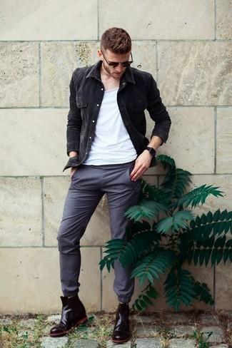 Wie kombinieren: schwarze Jeansjacke, weißes Trägershirt, graue Chinohose, schwarze Chelsea-Stiefel aus Leder