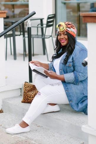 Beige Wildleder Clutch mit Leopardenmuster kombinieren – 2 Lässige Damen Outfits warm Wetter: Paaren Sie eine blaue Jeansjacke mit einer beige Wildleder Clutch mit Leopardenmuster für einen wunderbaren Freizeit-Look. Putzen Sie Ihr Outfit mit weißen Segeltuch niedrigen Sneakers.