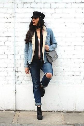 Wie kombinieren: hellblaue Jeansjacke, weißes Trägershirt, dunkelblaue Jeans mit Destroyed-Effekten, schwarze Schnürstiefeletten aus Wildleder