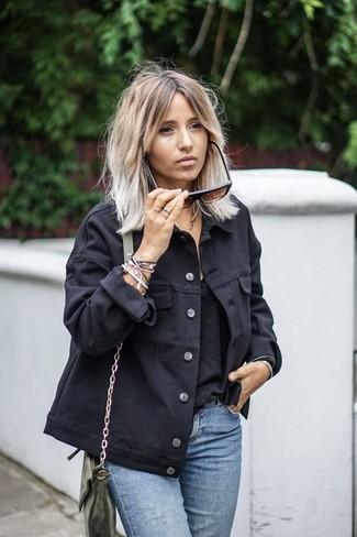 Wie kombinieren: schwarze Jeansjacke, schwarzes Trägershirt, hellblaue Jeans, olivgrüne Leder Umhängetasche