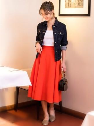 Wie kombinieren: dunkelblaue Jeansjacke, weißes Trägershirt, roter Falten Midirock, hellbeige Leder Slipper