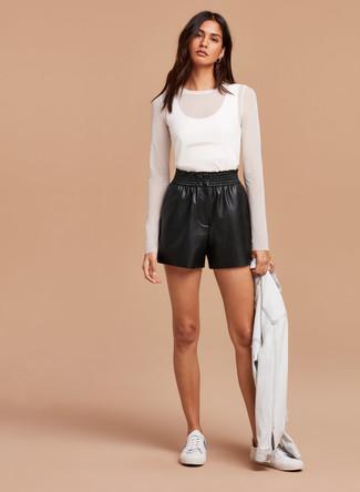 Schwarze Ledershorts kombinieren: trends 2020: Erwägen Sie das Tragen von einer weißen Jeansjacke und schwarzen Ledershorts, umeinen frischen, entspannten Look zu erhalten, der in der Garderobe der Frau auf keinen Fall fehlen darf. Weiße niedrige Sneakers sind eine perfekte Wahl, um dieses Outfit zu vervollständigen.