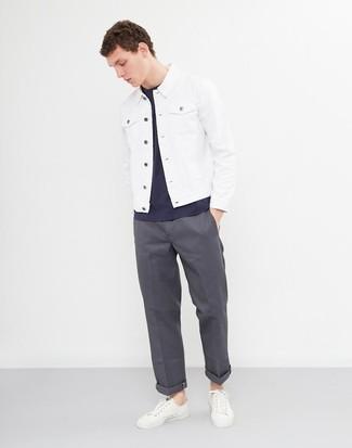 Wie kombinieren: weiße Jeansjacke, dunkelblaues T-Shirt mit einem Rundhalsausschnitt, dunkelgraue Chinohose, weiße Leder niedrige Sneakers