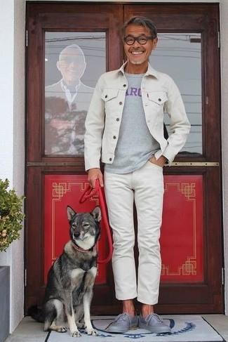 Wie kombinieren: weiße Jeansjacke, graues bedrucktes T-Shirt mit einem Rundhalsausschnitt, weiße Jeans, graue niedrige Sneakers