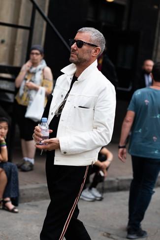 Wie kombinieren: weiße Jeansjacke, schwarzes T-Shirt mit einem Rundhalsausschnitt, schwarze vertikal gestreifte Jogginghose, schwarze Sonnenbrille