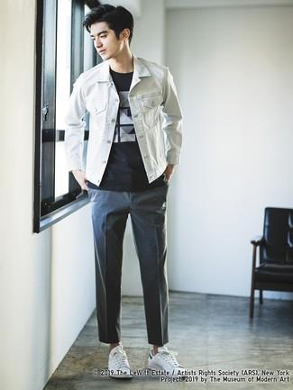 Wie kombinieren: weiße Jeansjacke, schwarzes und weißes bedrucktes T-Shirt mit einem Rundhalsausschnitt, dunkelgraue Chinohose, weiße Leder niedrige Sneakers