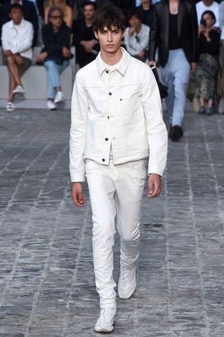 Wie kombinieren: weiße Jeansjacke, weißes T-Shirt mit einem Rundhalsausschnitt, weiße Jeans, weiße Sportschuhe