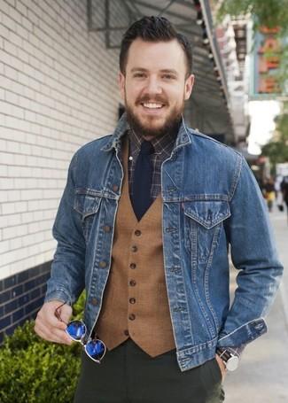 Wie kombinieren: blaue Jeansjacke, beige Wollweste, dunkelbraunes Businesshemd mit Karomuster, olivgrüne Chinohose