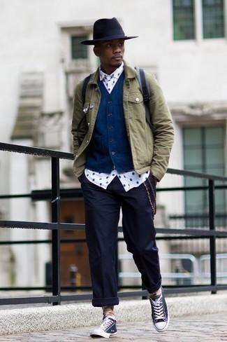 Niedrige Sneakers kombinieren: trends 2020: Tragen Sie eine olivgrüne Jeansjacke und eine dunkelblaue Chinohose, um mühelos alles zu meistern, was auch immer der Tag bringen mag. Niedrige Sneakers verleihen einem klassischen Look eine neue Dimension.