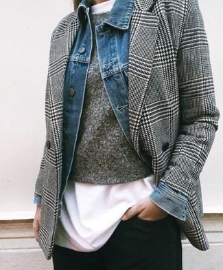 Wie kombinieren: blaue Jeansjacke, graues Zweireiher-Sakko mit Hahnentritt-Muster, grauer Pullover mit einem Rundhalsausschnitt, weißes T-Shirt mit einem Rundhalsausschnitt