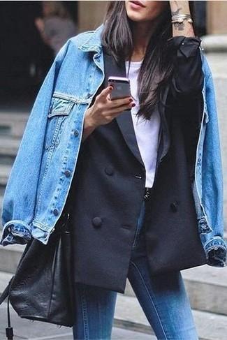 Schwarzes Zweireiher-Sakko kombinieren: Smart-Casual-Outfits: trends 2020: Ein schwarzes Zweireiher-Sakko und blaue enge Jeans sind absolut Alltags-Must-Haves und können mit einer Vielzahl von Stücken gepaart werden.