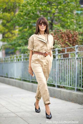 beige Jumpsuit, schwarze Leder Pumps, brauner Ledergürtel, braune Sonnenbrille für Damen