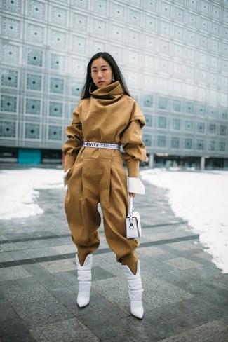 Wie kombinieren: beige Jumpsuit, weiße Leder Stiefeletten, weiße Leder Clutch, weißer Segeltuchgürtel